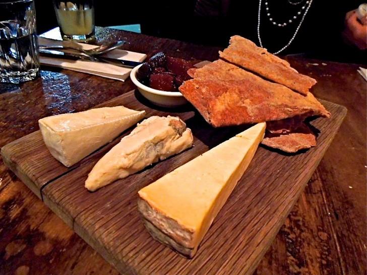 チーズ盛り合わせも気前いいボリューム