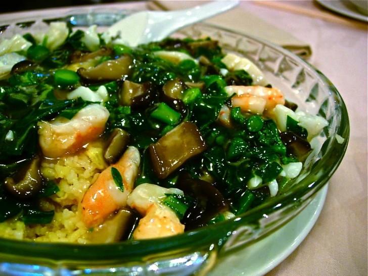 シーフードの福建炒飯は名物の一つ