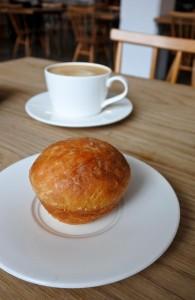 当店は朝からオールデー・オープンなのでカフェとしても使えるのです。朝行くと、こんな可愛らしいブリオッシュが♡