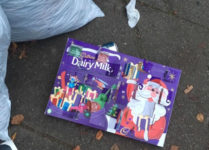 12月2日、近所のゴミ捨て場で見たショッキングな光景。アドベント・カレンダーのチョコレートがすでに2日目にして全部食べられて捨てられていました!! ついこうなっちゃうの、わかる気がしないでもないけど、でもこれだったら普通のチョコ買って食べればいいのに笑
