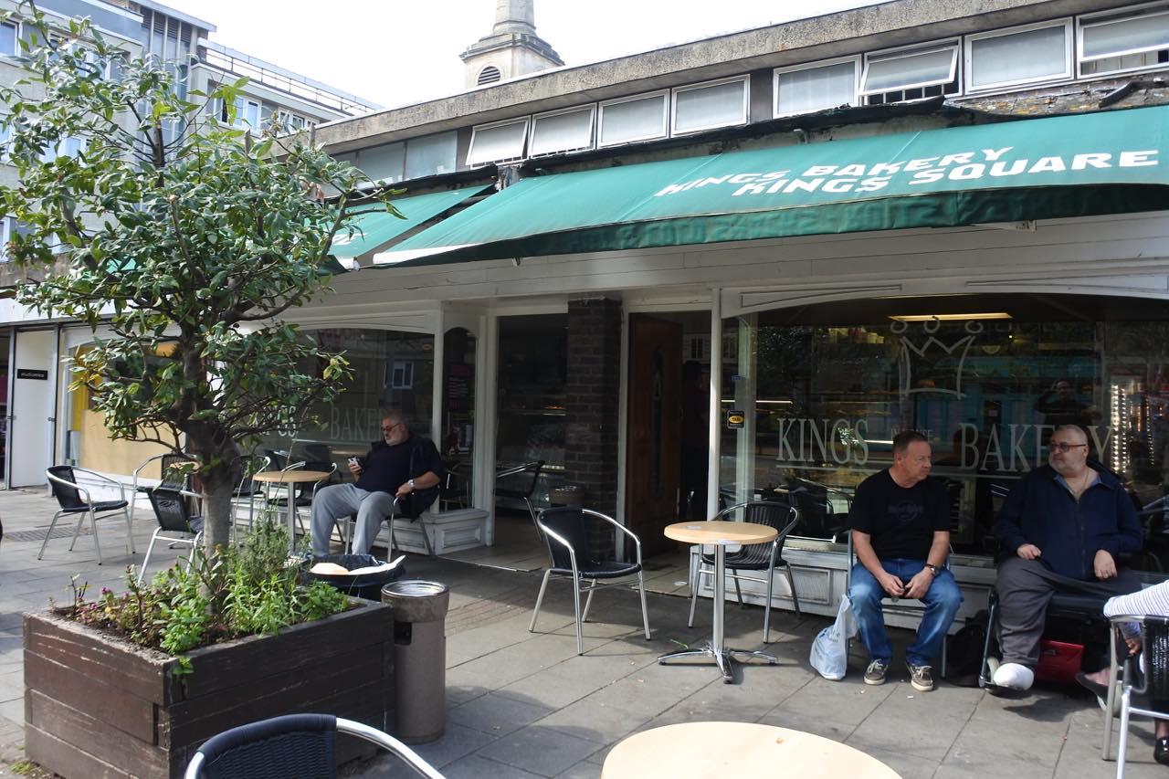 こちらが隣接しているベーカリー・カフェ。自家製パンやケーキのほかに、惣菜類もいっぱい!